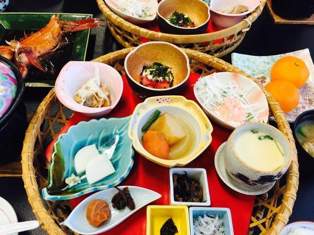 お…おい…外国人の同志たち…これはディナーじゃない…ブレックファーストだ…日本の旅館では、高確率で朝からこんな豪華な食事がでるらしい…多すぎて食べれないと思うだろ…決してそんなことはない…それぞれがちょうどいい量で、全部美味しく食べれちゃうんだ…すごいぞ…日本の朝ごはん…