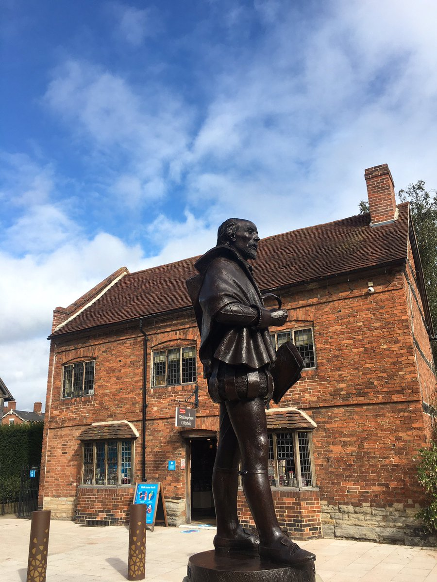 Stratford's newest statue of Shakespeare, in Henley Street, a few minutes' walk from the Institute. 🎭