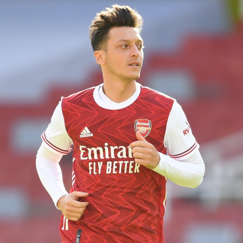 Arsenal's Mesut Ozil has organised free lunches for children at a school in Barnet.  70 kids, who usually get free meals, will now be fed this week during half-term.  Ozil has been working with charities and plans to deliver to more schools soon. 🙏 https://t.co/FtBH89MucT