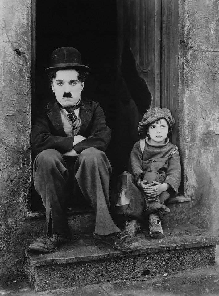 """SIR CHARLES """"CHARLIE"""" CHAPLIN The Kid (1921), w/Jackie Coogan, combined #comedy w/#drama & was Chaplin's 1st #film to exceed an hour.  #CharlieChaplin (1889 –1977) was an English #comic #actor, #filmmaker & #composer who rose to fame in the #silentfilm era.  📷:  #skeeze   #AOA https://t.co/fXjLWs3gRS"""
