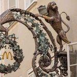 格式高い!ザルツブルクのマックの看板は、街の景観に合わせてこんなにお洒落!