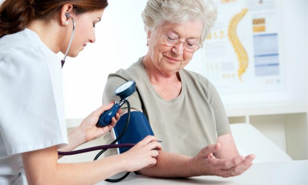 4 de cada 10 adultos en España sufre de hipertensión🩺 Controlar la presión arterial es esencial para prevenir enfermedades como el ictus o el infarto, además, una alta presión arterial puede agravar un posible contagio de #Covid19 👉 https://t.co/NXv5xw9BKa  @FelizVita2014 https://t.co/q9Kh26gv9J