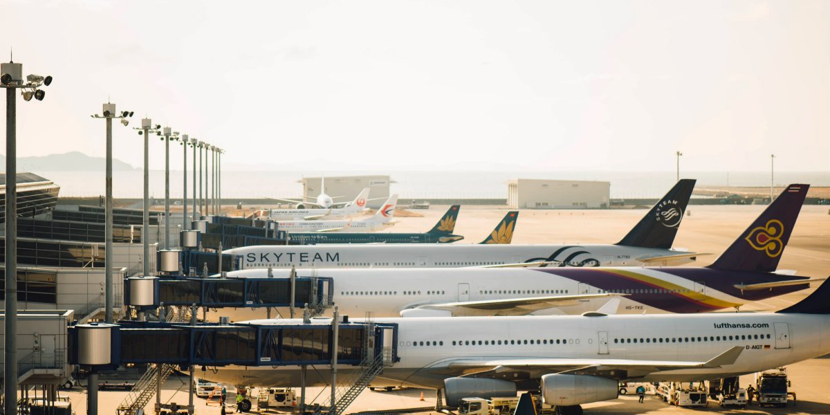 Recently the question of air #travel #health and #safety has been thrown into the spotlight again. We've pulled together top tips from leading scientific experts and current studies on how best to mitigate #airport and #airline risks associated w/COVID-19: https://t.co/lO9mNNtQxH https://t.co/xNf5gDr8oI