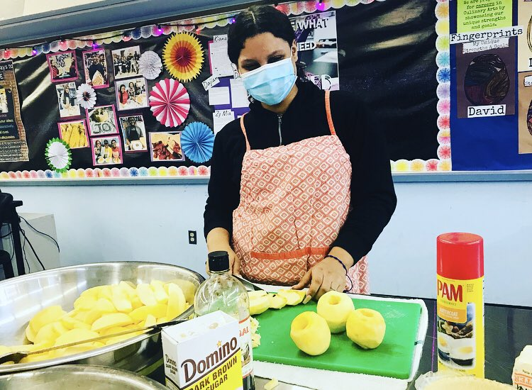 We have our #apples lined up and ready for #Fall! We are practicing safe #knife handling and 🍎🍏🍎#SocialDistancing while working #together in our #cooptech #culinaryarts #classroom in #canarsie! #applecrumb #yum! #InThisTogether #Brooklyn 🙌🏽💫 https://t.co/hqNPyo2Gou