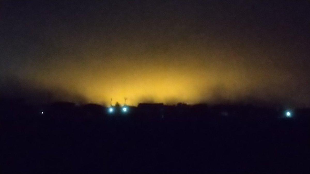 施錠して帰宅しようとしたら市街地方面の空が赤く染まっていて、何事かとビックリ😲。#霧 が立ち込めていたので、いつも以上に赤い光が広がってたようです。いわゆる中緯度の赤い #オーロラ ではありません(笑)。 https://t.co/hsDeL06tRu