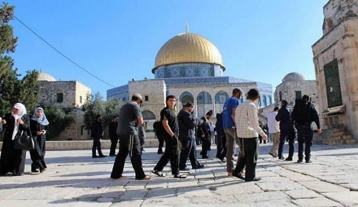 عشرات المستوطنين الإسرائيليين يجددون اقتحامهم لباحات #المسجد_الأقصى  المبارك  @Palestine_UN https://t.co/jNYVUYsEyV https://t.co/4NaURLUOV3