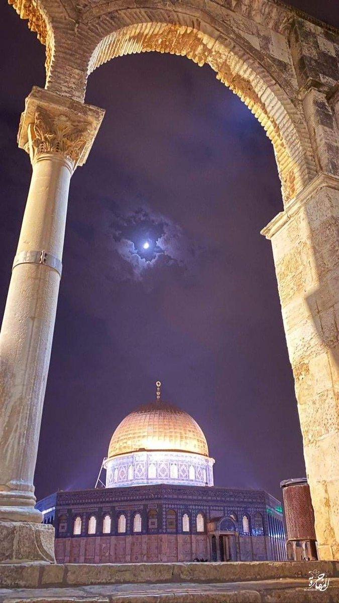 يزداد الجمال اكتمالا، والبهاء حضورا، حين تتصل الأرض بالسماء ..  #القدس #المسجد_الأقصى https://t.co/0FSS4vWld2