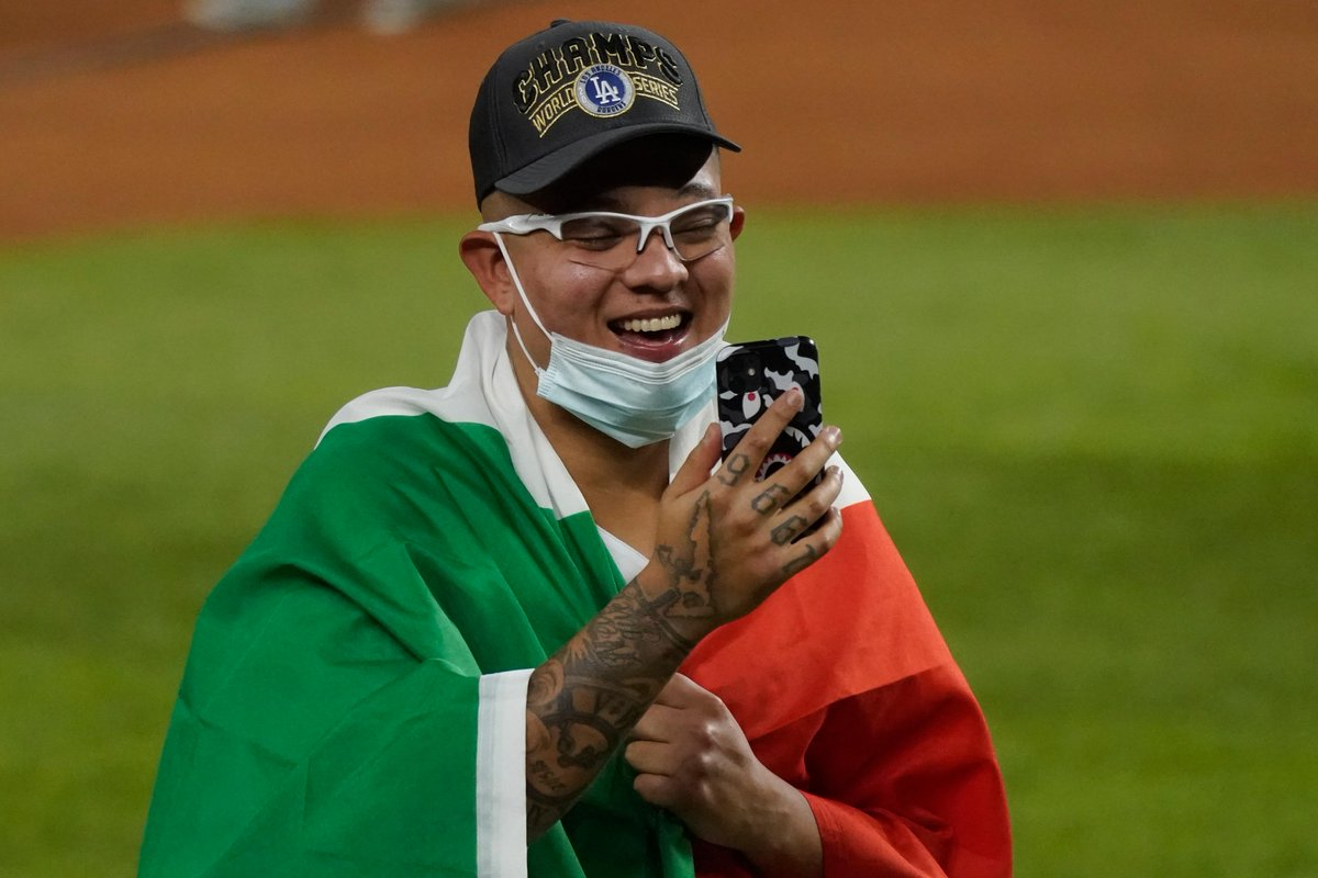 Ese momento cuando llamas a tu familia para decirle que eres Campeón de la Serie Mundial.  #YoAmoElBeis #SerieMundial https://t.co/y3aPtnzdau