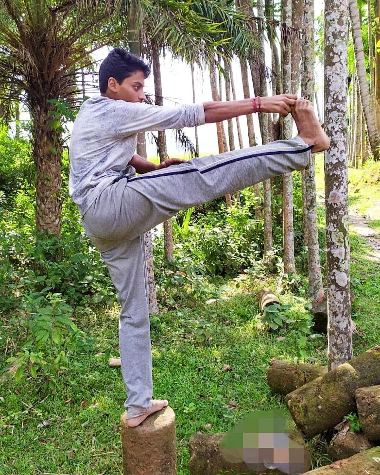 Good morning yoga...  Finally back after recovery..  #kalari #kalaripayattu  #martialarts #ITrainLikeVidyutJammwal  #yoga #workout @mevidyutjammwal  @VidyutJammwal  #Countryboy https://t.co/NoHKYMdwVJ