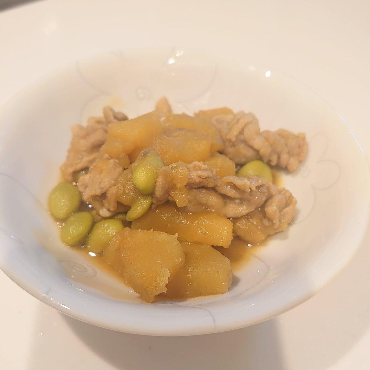 ゆうりちゃんに教えてもらったさつまいものレシピでお弁当のおかず増えたぁ♡さっそく明日のお弁当に入れてあげようっと(*´∀`)さつまいもと枝豆と豚肉の煮物