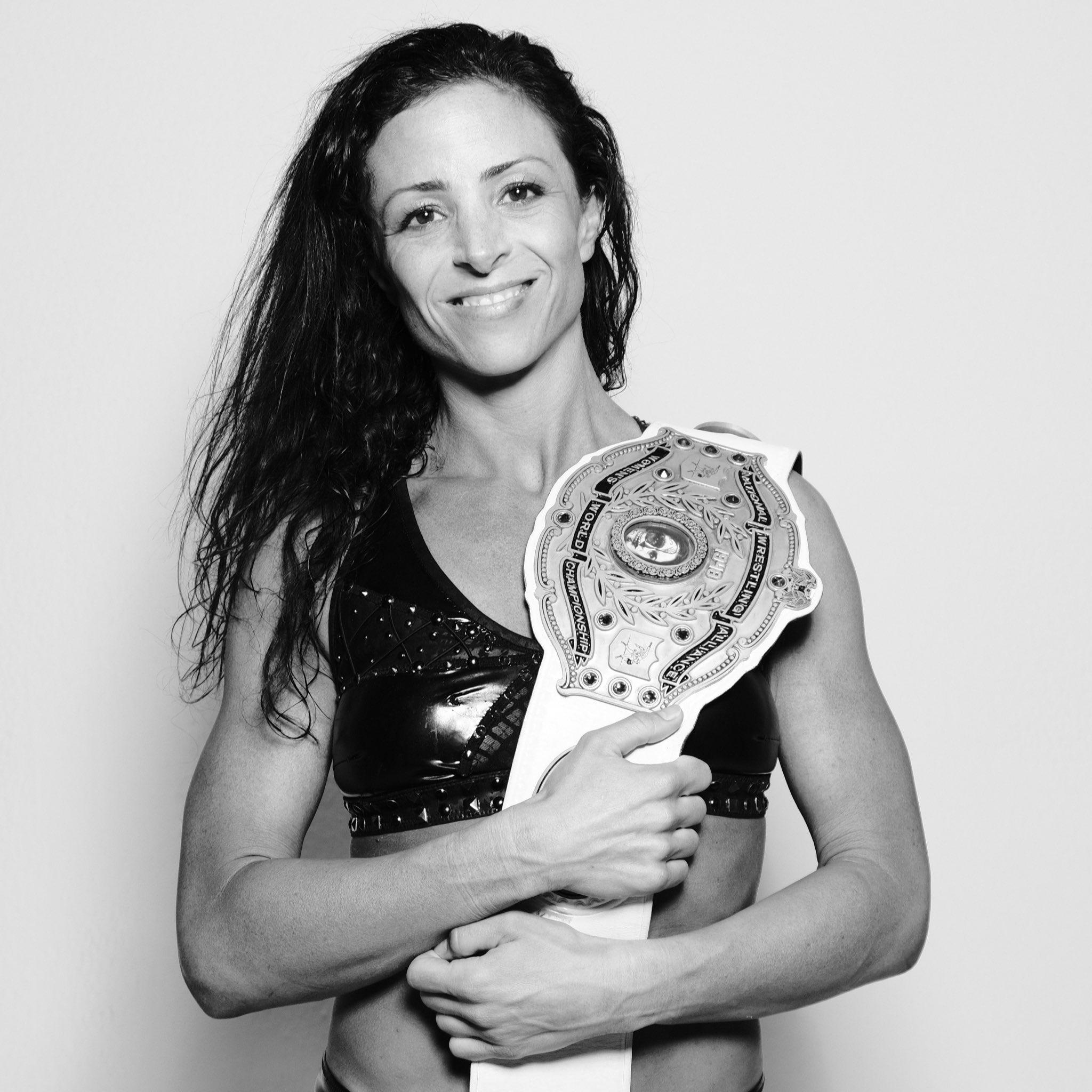 Serena Deeb como nueva campeona de NWA.
