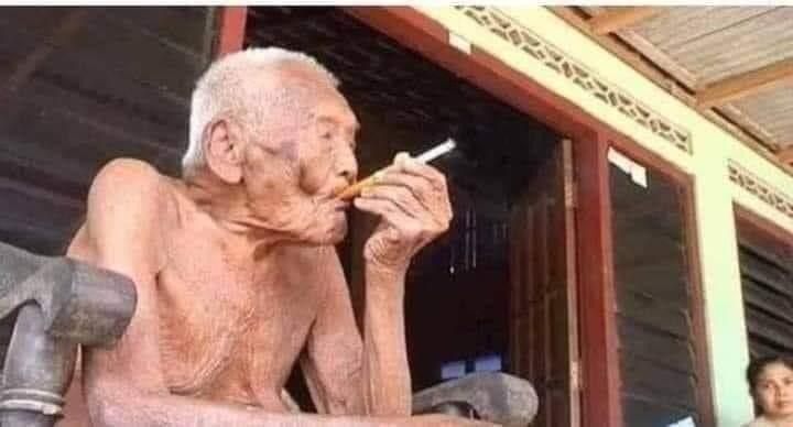 معمر أندونيسي يبلغ من العمر ١٤٦ عام كل الأطباء إللي نصحوه بترك التدخين ماتوا..!😑 https://t.co/N5C6GZQuHh