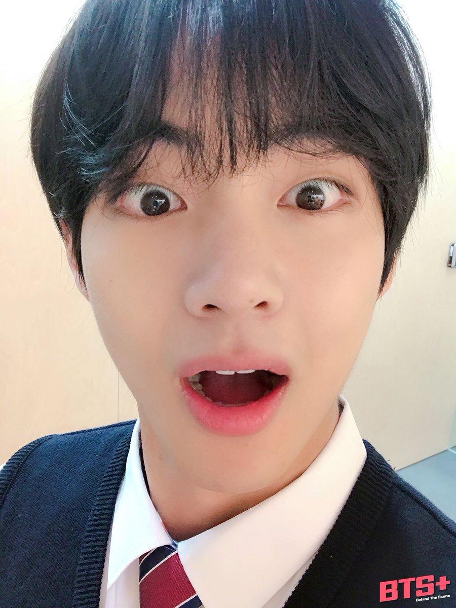 Aaaaaak Taehyung so cute. Babie's big puppy eyes 😍 #Taehyung #태형 #V #뷔 #テテ https://t.co/MTemrKVzDq