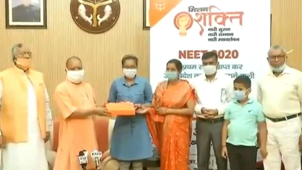 Lucknow: Uttar Pradesh Chief Minister Yogi Adityanath on Wednesday (October 28, 2020) felicitated Akanksha Singh who secured 2nd rank across India in the National Eligibility-cum-Entrance Test (NEET) exam 2020. https://t.co/vEASshccHa https://t.co/zw1VVZQ9Va