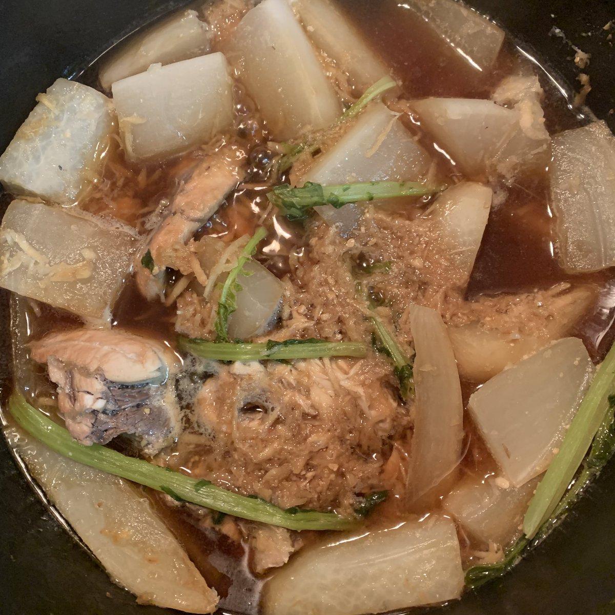 帰りスーパーでブリが売ってなかったのでサバを買い、ネットのレシピを頼りにサバ味噌+大根を下茹でしてから作ってみたら、我ながら激うまでした🐟生姜のすり身を大量に投下💦秋は魚も美味しい🐠