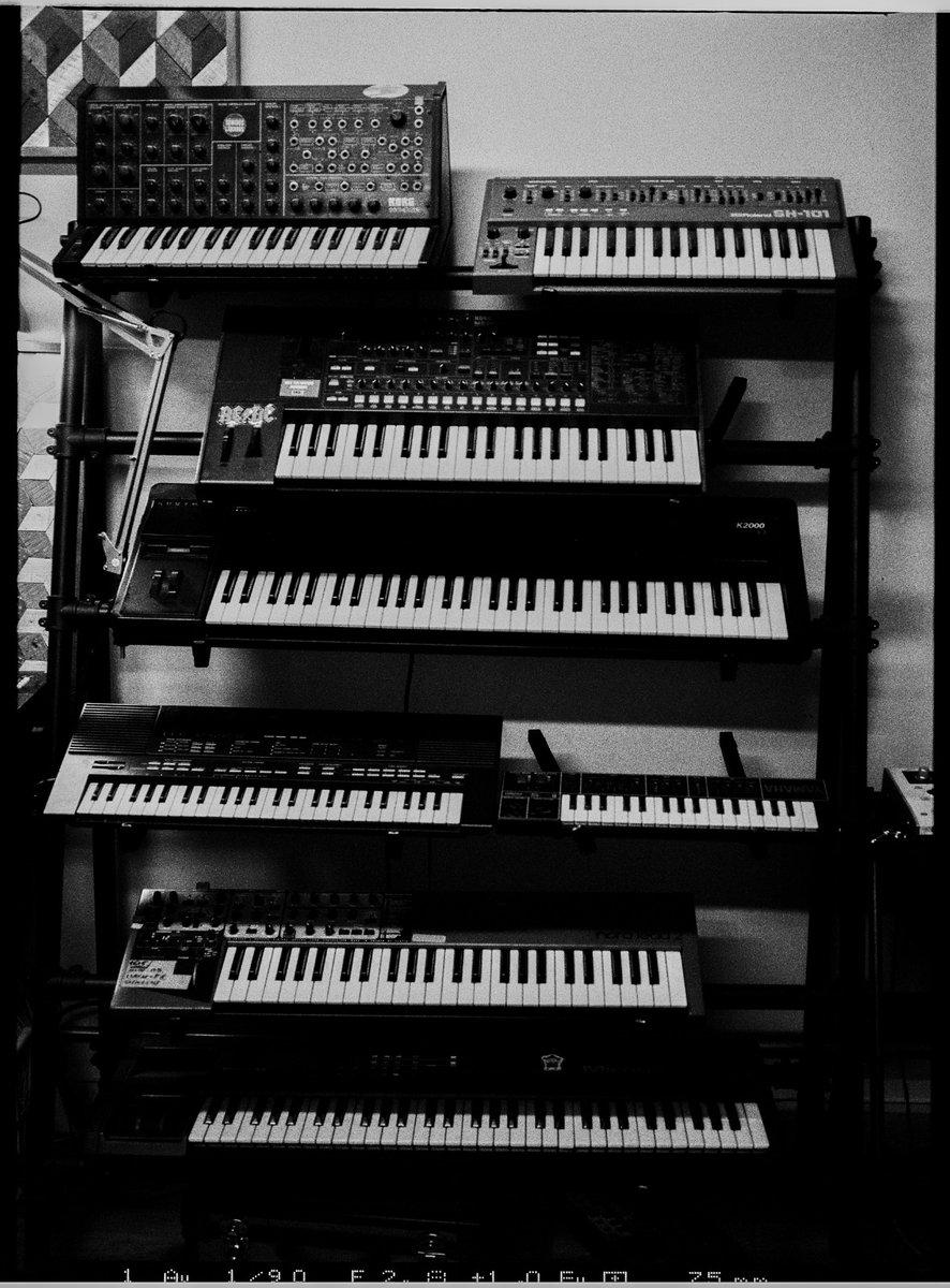 🖤✨ Trabajando en proyectos que pronto verán la luz ✨🖤  💜🎹🎧🎹💜 📷 @adrianrodd #SonandoVoy #MusicStudio #DiseñamosMusica #IdentidadSonora #Música #EstudioMusical #Recording #StudioRecording #Producer #MusicProducer #StudioVibes #SoundProduction https://t.co/uShED60cyJ
