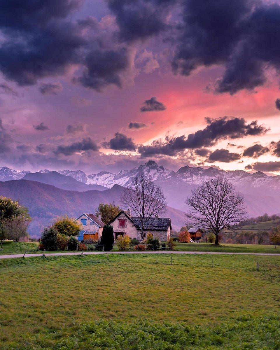 👍 Couleurs du Couserans (petite province historique des #Pyrénées, partie occidentale du département de l#Ariège), avec au fond le Mont Valier (2838m). 📸 @Garyphr via @Meteo_Pyrenees
