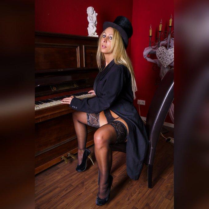 Nylon Grüße gehen raus   #nylons #stockings #higheels #annabelmassina #like #shooting #klavier #blond