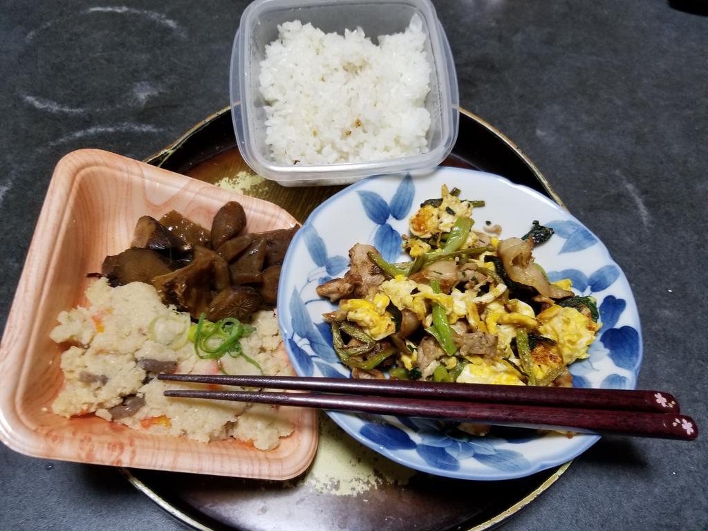 10月28日の晩御飯豚肉と小松菜の卵炒め参考牛スジと牛蒡の甘辛煮おから(スーパーのお惣菜あまり)いただきます🙏