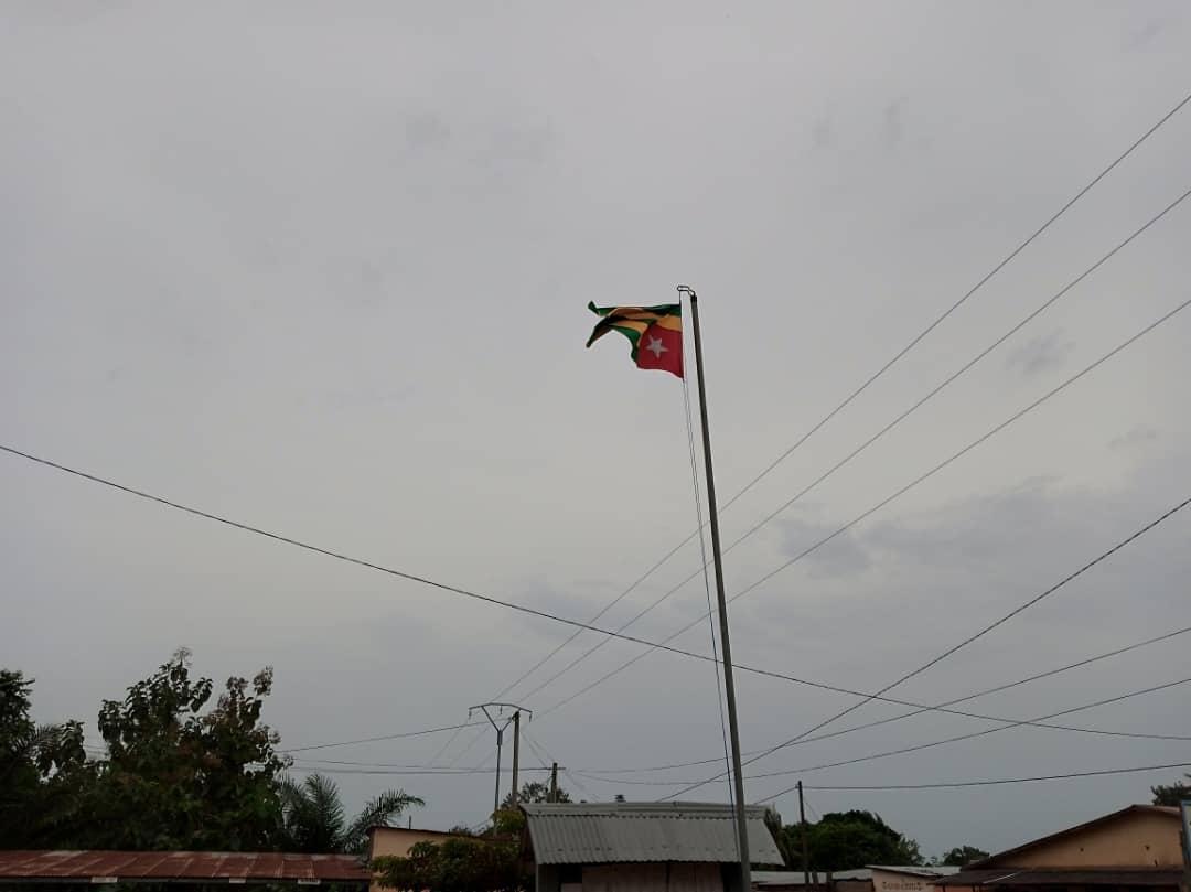 """Le respect des emblèmes s'impose. Au tribunal de Kpalime le drapeau togolais est renversé. Informé, une des secrétaires répond : """"ce n'est pas notre problème"""" alors j'ai pris cette photo pour que le concerné répond de cet acte incivique. @228togoviwo  @LaTeam228  @PrimatureTogo https://t.co/zd8HeWmywZ"""