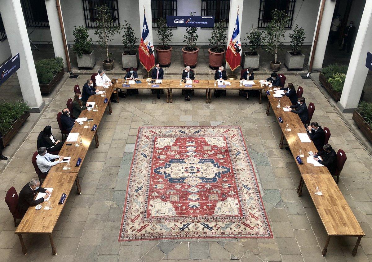 AHORA – El Pdte @sebastianpinera, junto a los ministros @raulfiguersa y @DrEnriqueParis, y a @claudiauribe18 de @UNESCO_es, encabeza Consejo Asesor