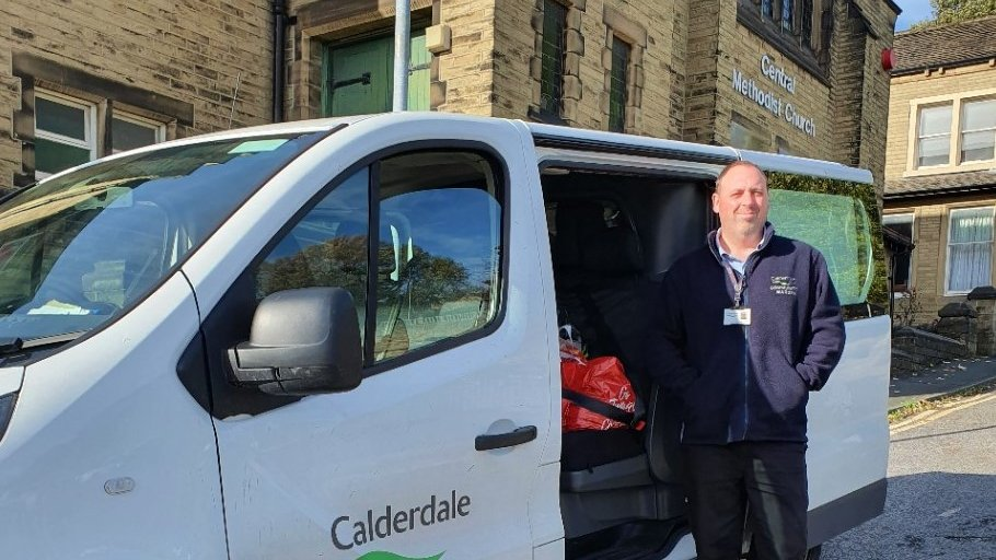 Thank you Lee for collecting these emergency parcels 🙏 We continue to work with @Calderdale #Council who are doing a fantastic job delivering our food parcels to those who are self-isolating 😷 #Brighouse #Foodbank #WestYorkshire https://t.co/0BQdegWgSY
