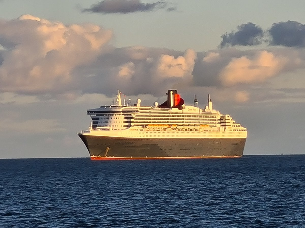 Today's #PictureOfTheDay is of the beautiful @cunardline #queenmary2 #cruise #ship looking rather beautiful in the gleaming sun in #torbay #Anchorage point. I was very fortunate to cruise on here a number of years ago. Looking forward to going back to cruising. #COVID #lockdown https://t.co/Z7BzsJF5uq