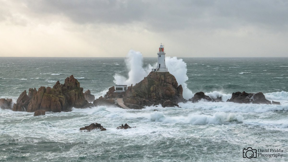 Corbiere lighthouse getting battered by the waves created by the end of Hurricane Epilson.  To give you an idea of size of that spray. The light at the top of the lighthouse stands at 36m above sea level.   #corbiere #lighthouse #waves #spray #storm @JEPnews https://t.co/NbKv9qqyHg
