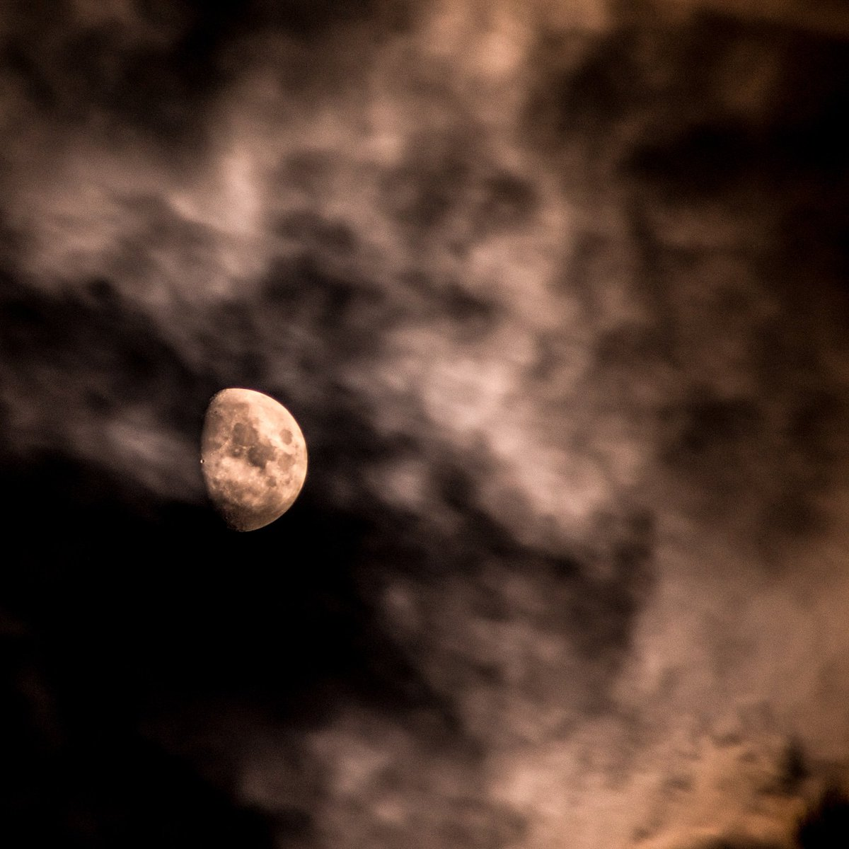 A face in the clouds, can you see it? #moonphotography #moonphases #waxinggibbousmoon #canont7i #octobermoons #autumnmoons #octobernights #autumnnights #autumnsky #naturewalks #luna #moonshot #weather #clouds #skywatcher #kyweather #kysky https://t.co/Ea8Nk710JJ