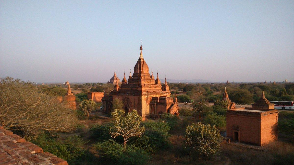 心に残った旅の風景 (56)  ミャンマー バガン #Bagan  アジア3大仏教遺跡のひとつ。憧れの地に立ち、ただただ言葉もなく夕日に輝く仏塔群を見つめていました。2015.02 #旅行好きな人と繋がりたい #ミャンマー #バガン遺跡 #世界遺産 https://t.co/XqmLFCeXXj