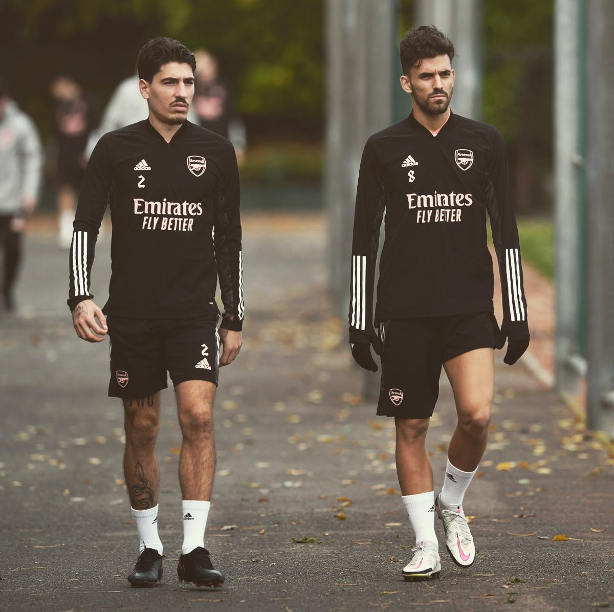 🔴⚪️ Look straight ahead, brother. Always forwards! 🤜🏼🤛🏼@hectorbellerin  @Arsenal #EuropaLeague #TrainingDay
