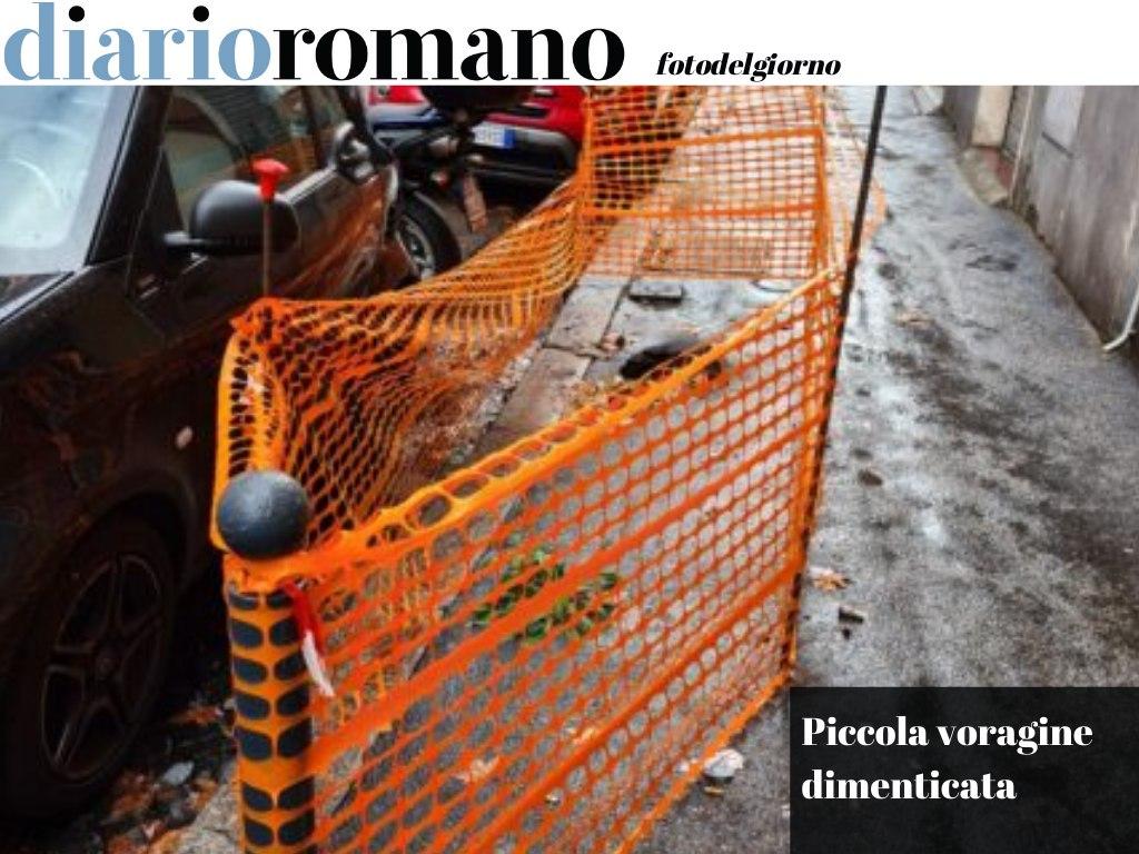 test Twitter Media - Via Novara, al Nomentano. L'hanno recintata due volte nel corso del 2020 ma di ripararla non si parla proprio. #Roma #fotodelgiorno 📸 https://t.co/dr6HHxuf5V