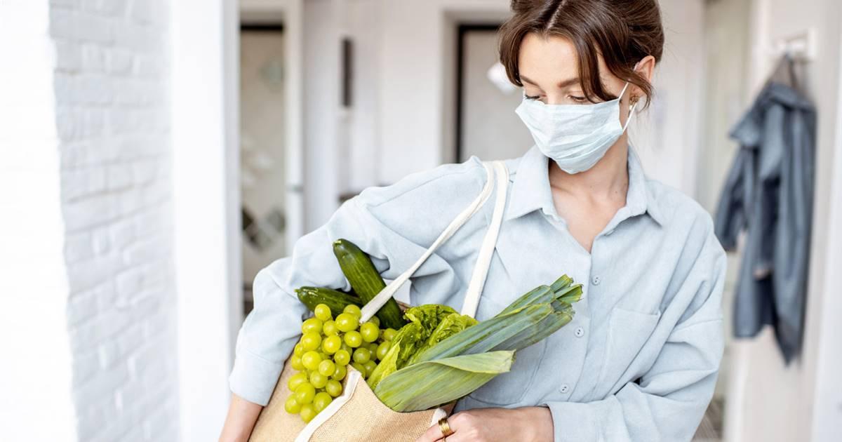 La alimentación ni previene el contagio ni cura la Covid-19🤷♀️ Pero un estado nutricional óptimo sí puede influir en que la infección sea más o menos grave👍 Algunos estudios también apuntan a la genética🦠🧬 @SaberVivir_Tv aquí 👉 https://t.co/o74sDC0jLo #Salud #Bienestar https://t.co/QZXIiyTW2s