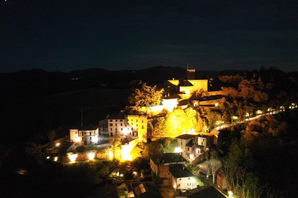 Una serata d'autunno! Il Castello di Tabiano con il suo Borgo domina le colline di Parma in aperta campagna. Semplicemente spettacolare! #dimorestoriche #castelli #castelliditalia #borghi #borghitaliani #autunno #ottobre #Parma #emiliaromagna @Italia @lonelyplanet_it @TheFork_it https://t.co/tqIEf8bZOr
