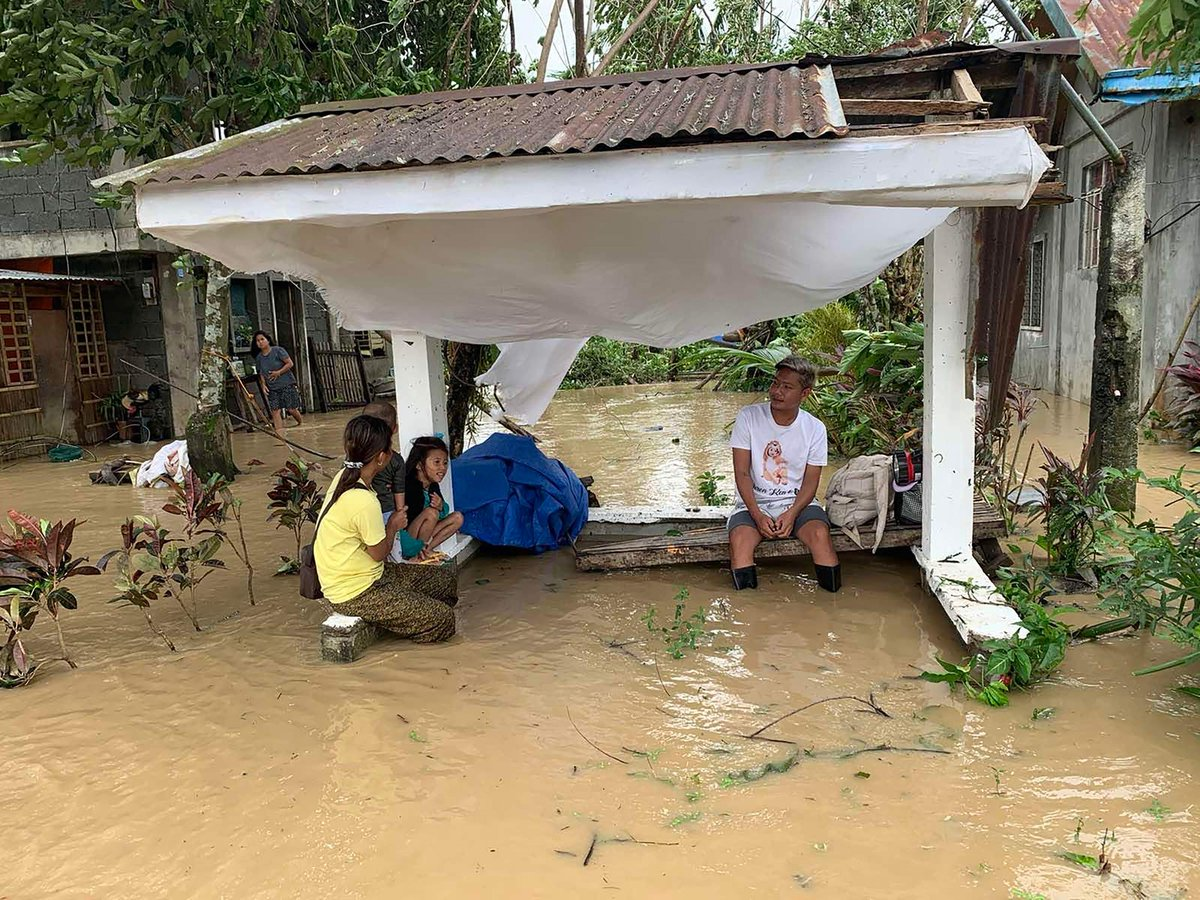 """🇵🇭 🌀 Death toll from #Typhoon #Molave (#QuintaPH) in the Philippines now at 16, with 22 injured and 4 missing. 63 flooding incidents were reported as well as 22 landslides in the country 🇵🇭 🌀 第18号 #台风""""#莫拉菲""""在 #菲律宾 造成的死亡人数已经上升至16人,另有4人失踪,22人受伤。 https://t.co/AKLJKDytS6"""