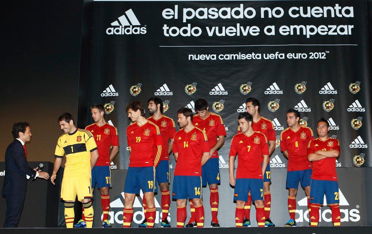 Presentación de la nueva camiseta para la Eurocopa 2012. Ninguno sabíamos que volveríamos a alegrar a todo un país y al mundo del fútbol con nuestra manera de jugar. Esa competición también se vino a España. 🏆🏆🏆 #tbt #BuenosDiasATodos https://t.co/VyV6UqFY0m