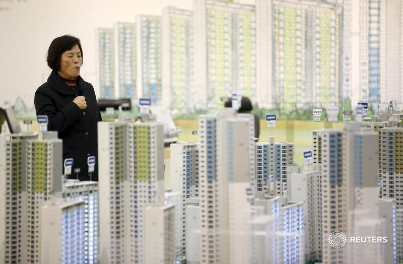 The People's Bank of China has asked developers to report monthly investments, loans and more. It's an extraordinary step to rein in China Evergrande and peers, which have amassed at least $2.5 trillion of debt, writes @ywchen1: https://t.co/A0SovsMxrJ https://t.co/mjwUI2hx7K