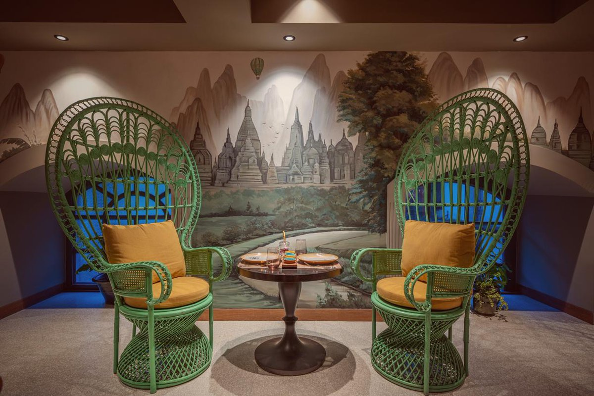 This has to be my favourite corner at #BurmaBurma #Kolkata. These gorgeous jade large green peacock chairs adorn the entrance of the mezzanine. The wall is hand painted with a subtle artwork depicting the landscape of #Bagan. Been here yet? Call 033- 46051001 for bookings. https://t.co/k3tbtXIq3s