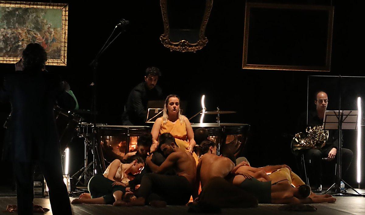 """Imatges que ens deixà l'estrena de """"El festí de les bèsties"""" de l'Aula de Dansa UA ahir al Paranimf #dansa #UACulturaOnline #danza #AulasCultura https://t.co/vZzem35bEM"""