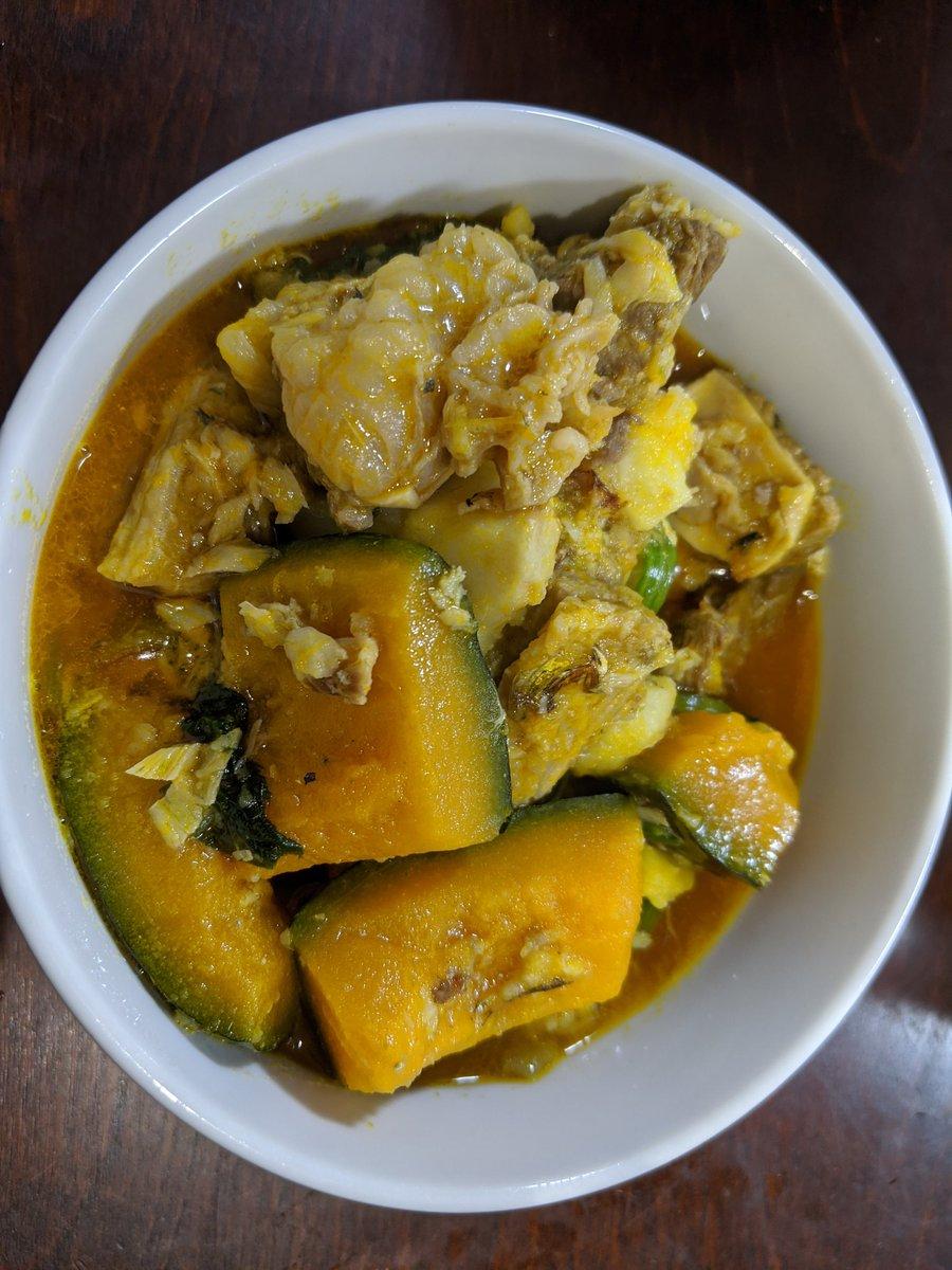 畑で取れたかぼちゃと里芋があったので、ナイジェリアのレシピで調理しました。ナイジェリアは里芋(≒タロイモ)の世界最大の産地。肉や干し魚と煮込む調理法は普通に美味しい。ナイジェリア名