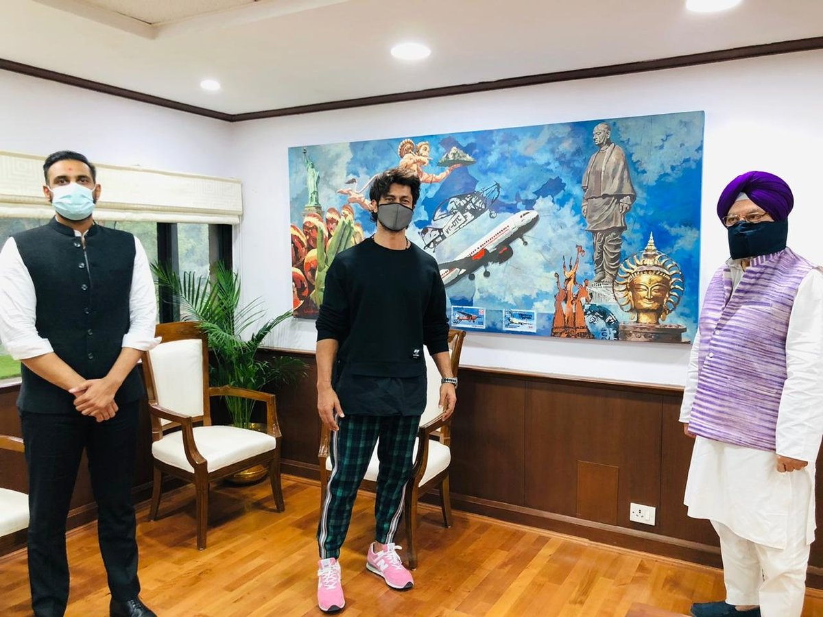 Very happy to meet popular youth icon & action star @VidyutJammwal in my office today. We clicked a photo with a painting depicting statue of unity.  I also look forward to visiting Kevadia tomorrow.  @MrChoudharyS https://t.co/sbhk5WhbSf