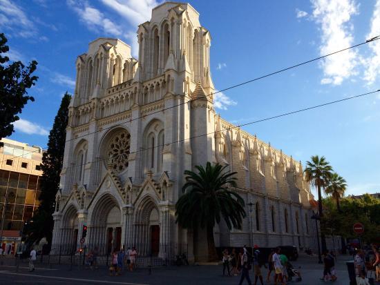test Twitter Media - Ancora violenza e terrore a #Nizza, da parte del fondamentalismo islamico: uccise tre persone, due decapitate. Colpito anche il consolato francese di Gedda, in Arabia Saudita .  #attentato #Francia https://t.co/Hn4JSeLnRw