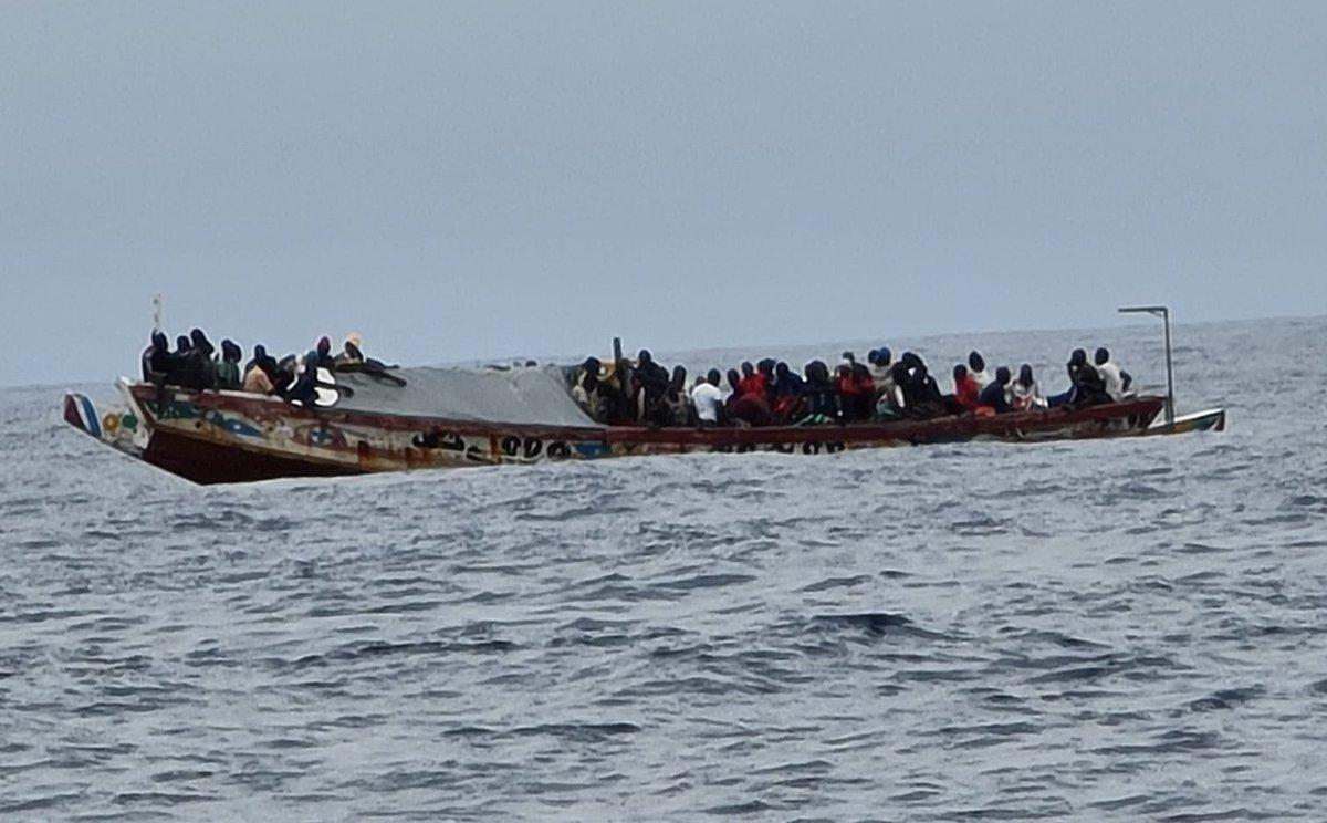 Mueren al menos 140 migrantes por el hundimiento de una embarcación rumbo a Canarias. Al menos 140 migrantes y refugiados han perdido la vida después de que la embarcación en la que viajaban se hundiese frente a las costas web.facebook.com/Radiocuervouru…