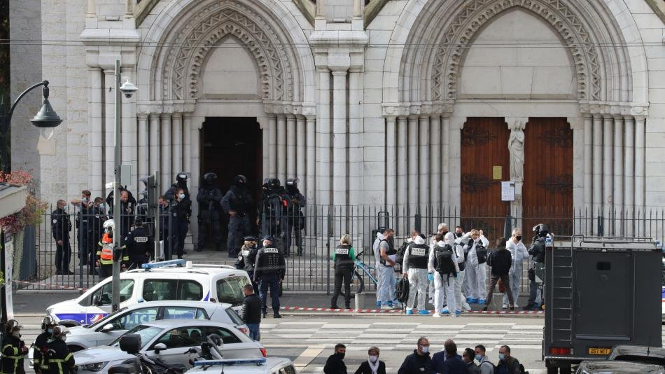 Terrible... Tres muertos tras ataque terrorista en una iglesia francesa. Un agresor con un cuchillo mató el jueves a tres personas en una iglesia de la ciudad mediterránea de Niza, según las autoridades. Fue web.facebook.com/Radiocuervouru…