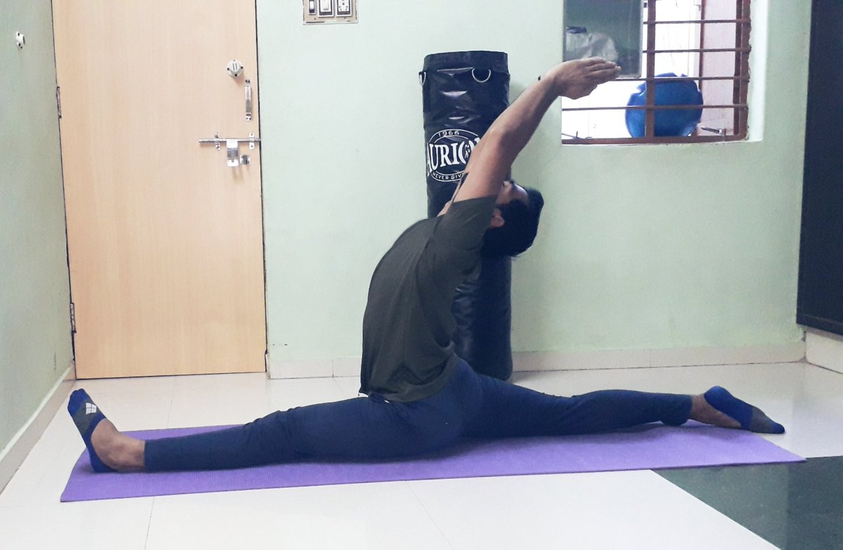Pull your body and relax.🧘♂️🤸♂️🔥😎 #hanumanasana #yogasplit #kalaripayattu #bejunglee #ITrainLikeVidyutJammwal #traditional #fitness #flexibility #streche #yoga #love #peace https://t.co/guvxotBKOf