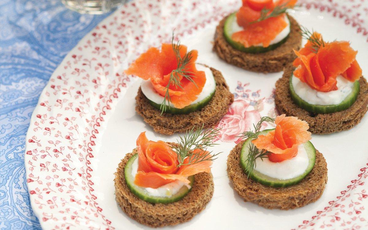 Aprenda a fazer um Canapé de salmão com cream cheese e saiba qual o melhor espumante rosé para harmonizar com esse petisco russo.  https://t.co/iUE4NWvKop  #borbulhante #espumante #receitas #bebidas #vinhos https://t.co/E0wn1Kacxm