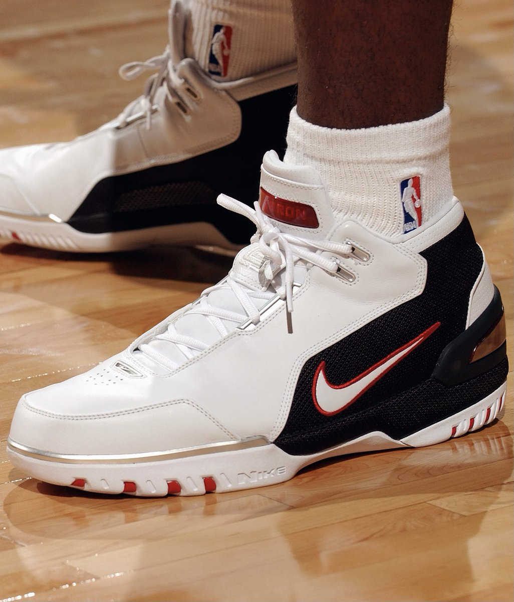 17 years ago today, @KingJames made his @NBA debut in the Nike Air Zoom Generation! #NBAKicks https://t.co/aujDzPmpgp