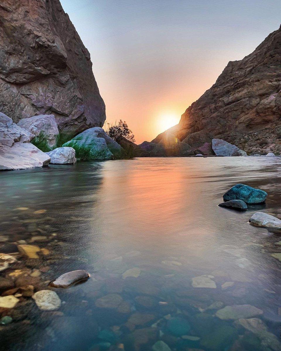 📸 منظر الغروب من وادي الفتح 🌊   📍بولاية #ضنك  #عُمان 🇴🇲 #Oman https://t.co/SPON8uh9wA