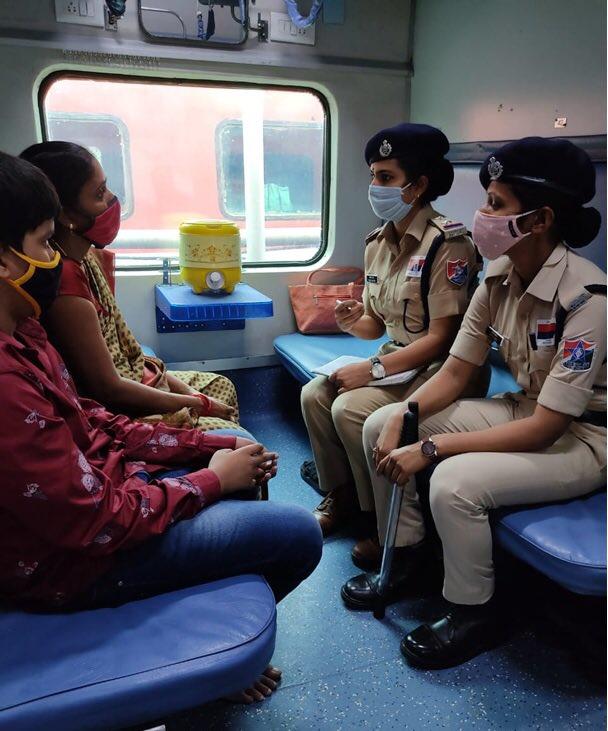 🚆 भारतीय रेल ने महिलाओं की सुरक्षा के लिए ऑपरेशन 'मेरी सहेली' 👭🏻 शुरू किया  इस अभियान के तहत 👮🏻♀️ सुरक्षाकर्मी महिला यात्रियों को सीट पर जाकर जागरुक करेंगी  किसी भी समस्या के लिए महिलाएं 💁🏻 'मेरी सहेली' टीम से बात 🗣️ और 182 पर कॉल 📞 कर सकती हैं  📖 https://t.co/NvpgoqwO7k https://t.co/CL2Ae4TJHj