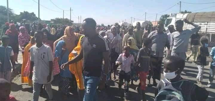 Massive #SomaliProtests in many areas of the region denouncing the killings of at least 27 ppl by security forces in western Sitti Zone in 2 days. The protesters in Ayshea town also disrubted the main im/export corridor that connects #Ethiopia to the Djibouti Port. #SittiMassacre https://t.co/HtohBRe4qm
